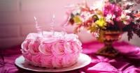 5. Kue ulang tahun berbentuk unik