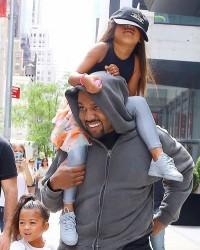 5. Dikenal sebagai Papa hangat terhadap anaknya