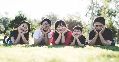 7 Cara Menjadi Orangtua yang Bisa Diajak Curhat oleh Anak