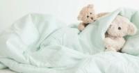 4. Sediakan boneka atau bantal kesayangan