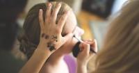 7. Hindari penggunaan kosmetik lensa kontak