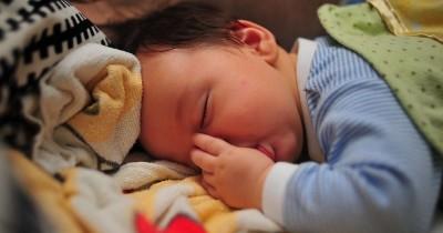 4 Alasan Penting Mengapa Mama Harus Melarang si Kecil Menghisap Jempol