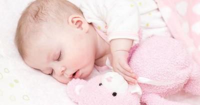 8 Penyebab Keringat Dingin pada Si Bayi, Apa yang Bisa Mama Lakukan?