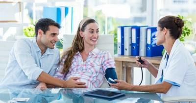 5 Tipe Suami saat Menemani Mama Periksa ke Dokter Kandungan