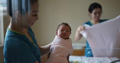 Mana yang Sebaiknya Dipilih Mendampingi Kehamilan, Dokter atau Bidan?