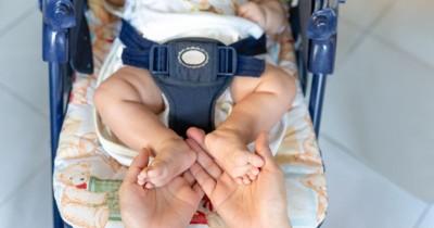 Kenapa Kaki Bayi Menendang-nendang saat Tidur? Ini Jawabannya!