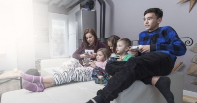 Aturan Screen Time Orangtua, Anak Juga Memerlukan Perhatian