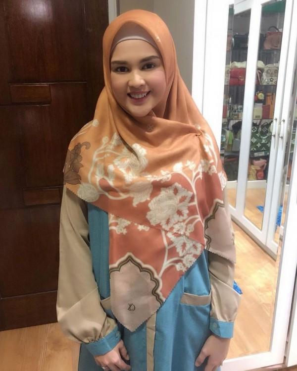7 Inspirasi Gaya Hijab Cut Meyriska Yang Praktis Dan Modis Popmama Com