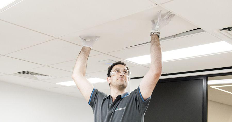2. Memeriksa kondisi plafon rumah