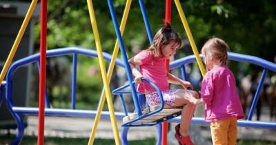 7 Tips Menjaga Anak saat Bermain Playground