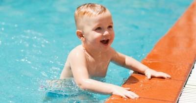 5 Langkah Tepat Menghadapi Anak Balita Takut Berenang