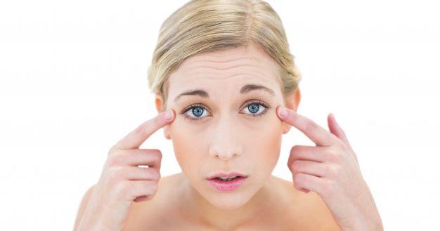 1. Memudarkan kantung mata