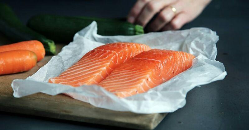 3. Salmon membantu mengendalikan gangguan hormon terjadi