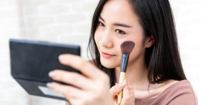 7 Cara Menyamarkan Jerawat Makeup