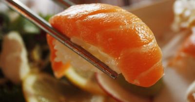 Tips Aman Memberikan Sushi Sasimi si Kecil