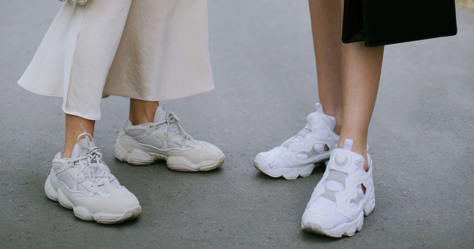 1. Sneakers beralas empuk