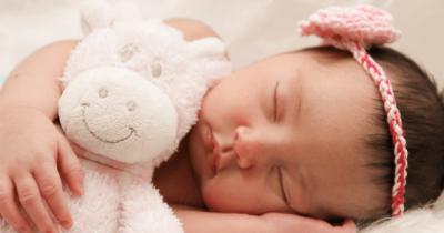 Mengapa Sebaiknya Bayi Tidak Tidur Memakai Selimut dan Boneka?
