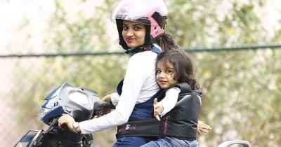 Utamakan Keselamatan, Ini Tips Aman Membonceng Anak Sepeda Motor