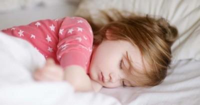 5 Cara Membuat Anak Bisa Tidur Sendiri Tanpa Rewel Menangis