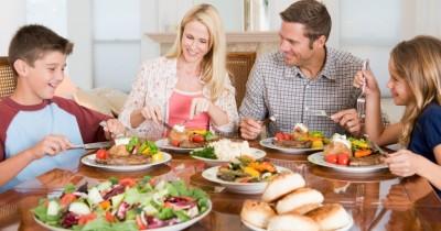 Cara Membuat Anak Tetap Duduk Manis Ketika Makan Bersama Keluarga