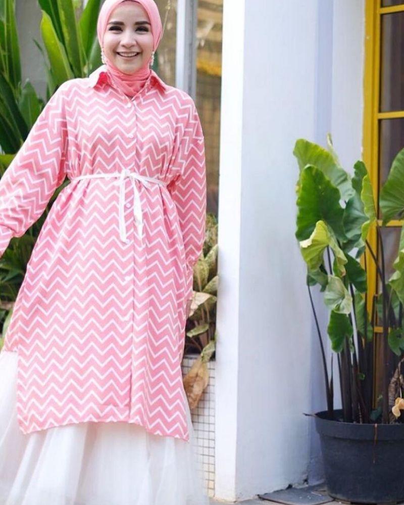 5. Tampak manis tunik merah muda ini