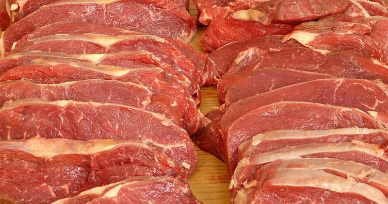 3. Daging mentah atau dimasak setengah matang