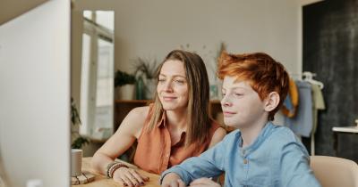 Cara Mendampingi Anak Remaja saat Menonton Tayangan TV Online