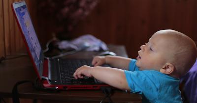 Cara Bijak Atur Penggunaan Gadget Screen Time Anak Selama Rumah