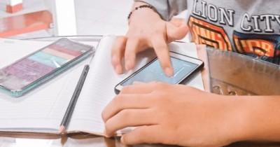 Tak Mampu Beli HP, Rafika Harus Menumpang Demi Bisa Belajar Online