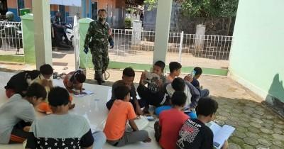 Peduli Pendidikan Anak, Babinsa Karawang Buat Perpustakaan Keliling