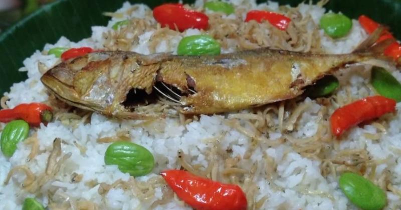 2. Nasi liwet ikan asin peda serasa menikmati depan hamparan padi luas