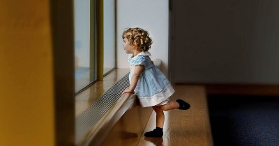 Mana Lebih Baik bagi Bayi, Pakai Sepatu atau Telanjang Kaki