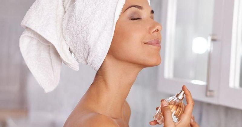5. Menggunakan parfum favorit harum