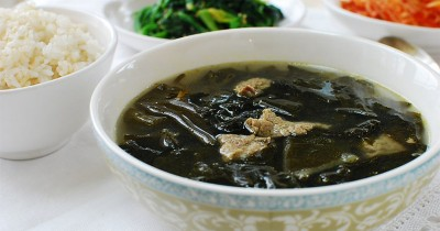 Cara Membuat Miyeok Guk, Sup Rumput Laut a la Korea Lezat