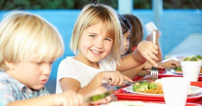 Bagaimana Caranya Agar Anak Tidak Makan Sambil Main Lari-Larian