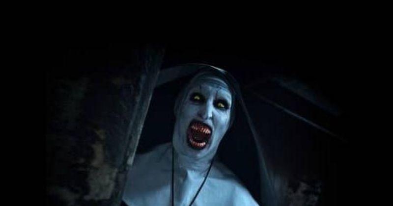 1. Keluarga dalam cerita asli The Conjuring (2013) kembali diganggu oleh kekuatan aneh setelah mengunjungi set pembuatan film