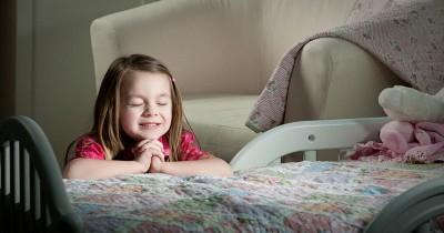Mengajarkan Anak Bersyukur, Ini 5 Doa Katolik Sebelum Tidur