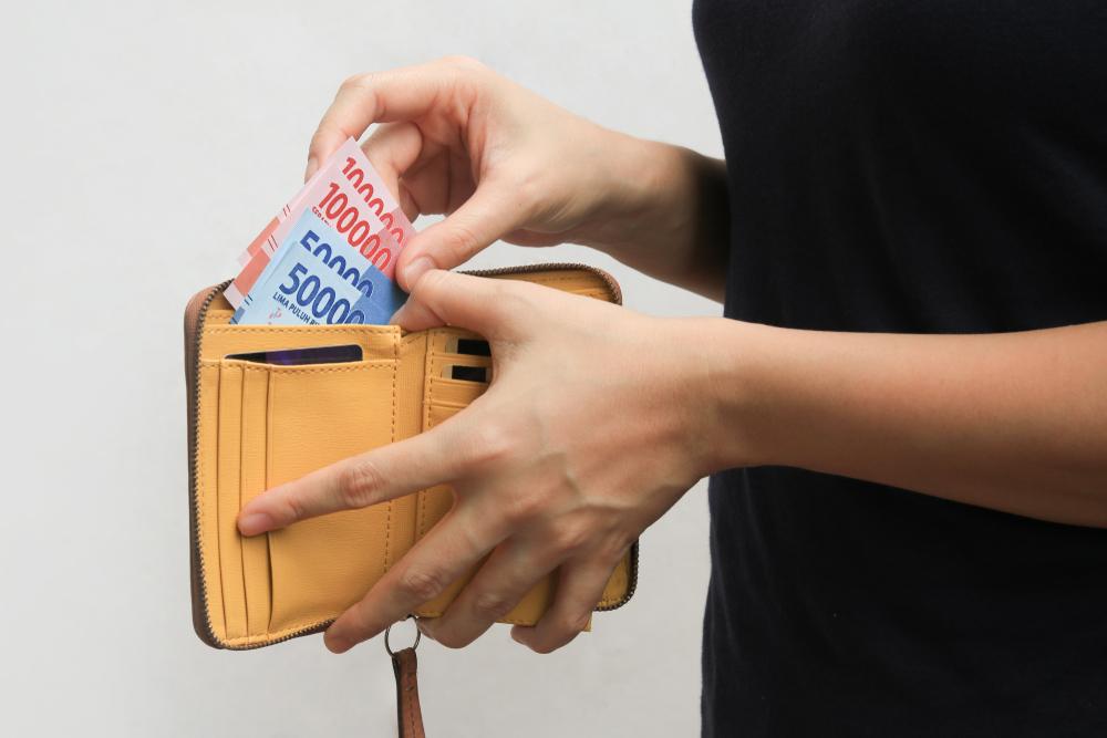 1. Alat pembayaran seperti uang kertas, koin, kartu debit, atau kartu kredit