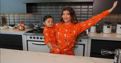 Gemas Mama Kylie Membuat Kue Halloween Bersama Stormi