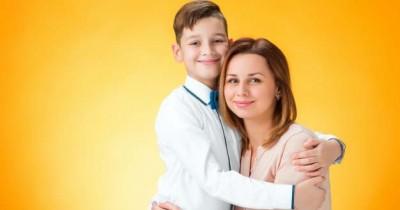 5 Zodiak Anak yang Tampak Mandiri Tapi Manja dengan Mama