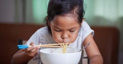 7 Dampak Bahaya Jika Anak Sering Makan Mie Instan