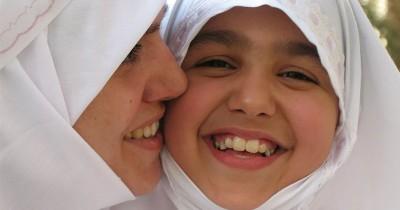 Wajibkah Anak Perempuan Pakai Jilbab? Ini Hukumnya Dalam Islam