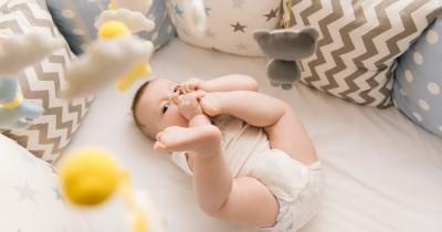 Bayi Mama Suka Memasukkan Kaki ke Mulut, Apa Penyebabnya