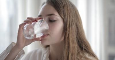 7 Manfaat Rutin Minum Air Putih setelah Bangun Tidur