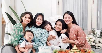 Mom Daugther Goals! 9 Potret Kedekatan Ririn Ekawati dengan Sang Mama