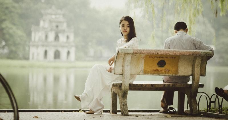 9. Suami melirik perempuan lain depan istri
