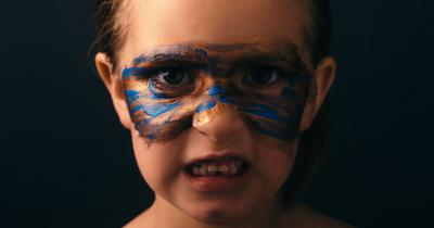 Anak Suka Memukul Diri Sendiri, Ketahui Penyebab Ma