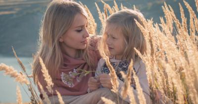 Ketahui Pengaruh Lingkungan Pertemanan Mama pada Pola Asuh Anak