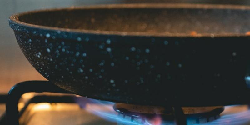 1. Wajan belum panas membuat ikan tidak masak sempurna