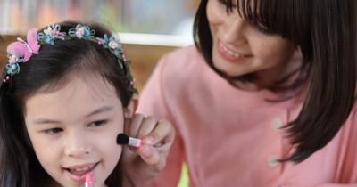 Cara Menyikapi Anak Perempuan Hobi Makeup Sejak Kecil